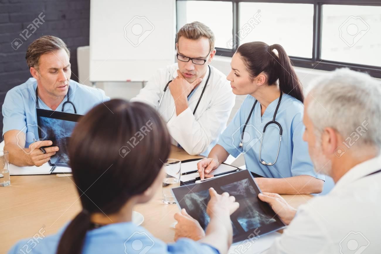 Rzteteam, Das Einen Röntgenstrahlbericht Im Krankenhaus überprüft ...