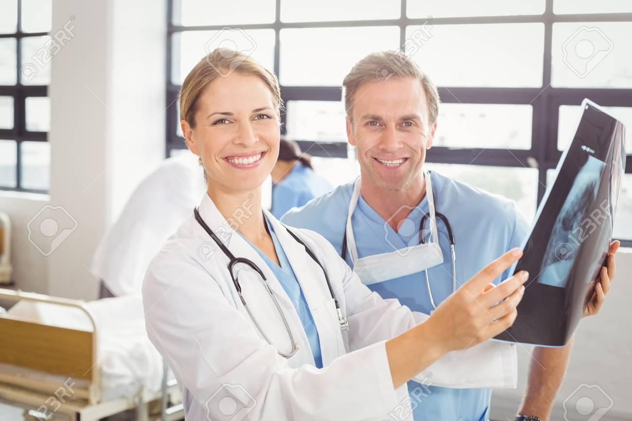 Portrait Der Ärzte Ein Röntgen Im Krankenhaus Untersuchen ...