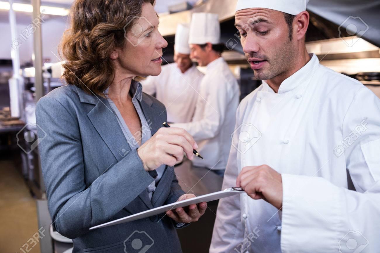 Mujer Gerente Del Restaurante Escrito En El Portapapeles Mientras ...