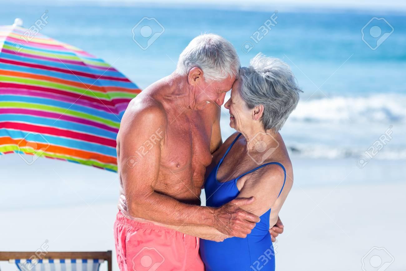 Couple mature a la plage