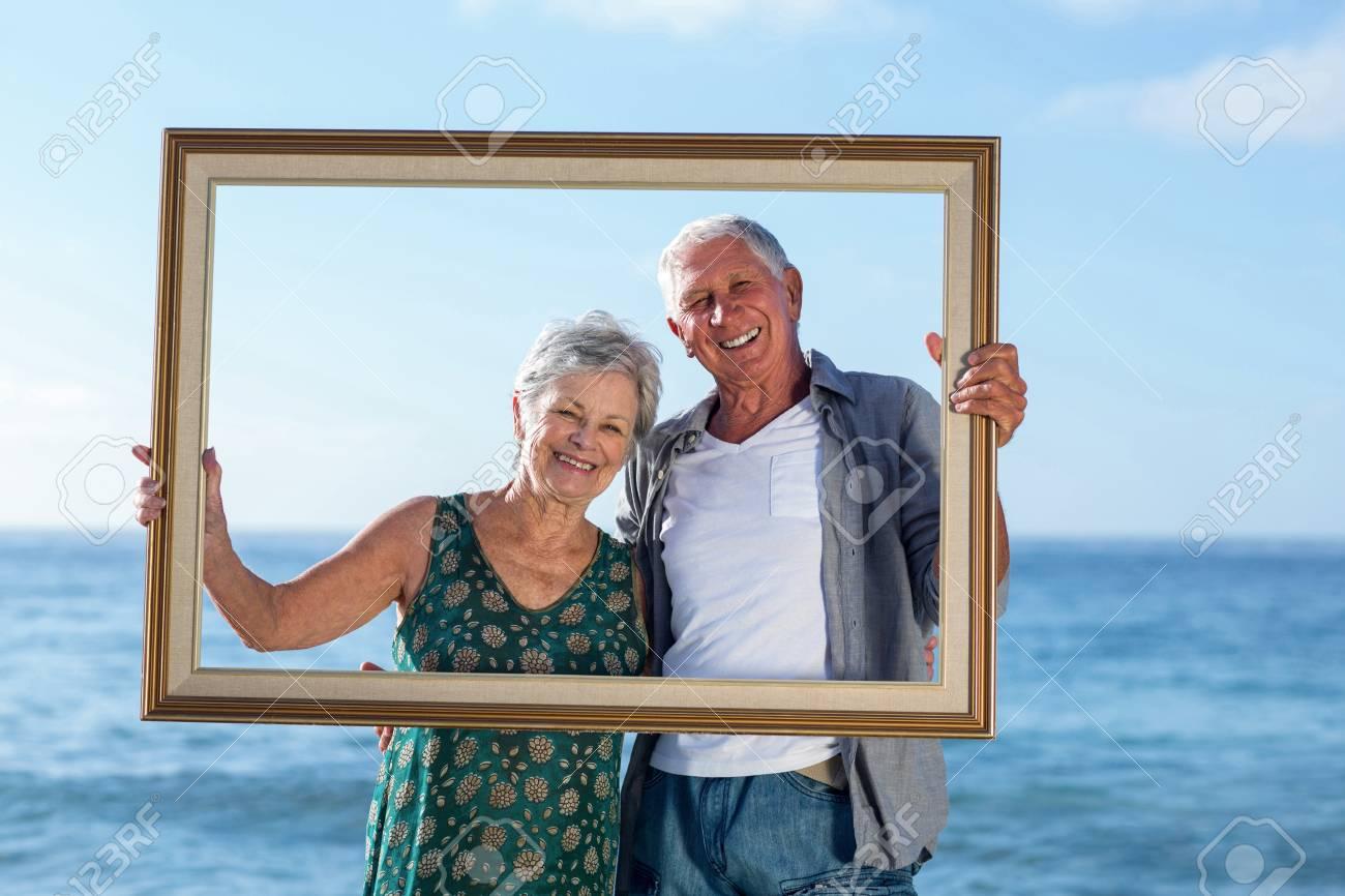 Ltere Paare Am Strand Mit Einem Rahmen Posiert Lizenzfreie Fotos ...