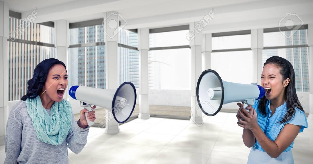 Femme D\'affaires Criant Dans Un Mégaphone Contre Une Chambre Moderne ...