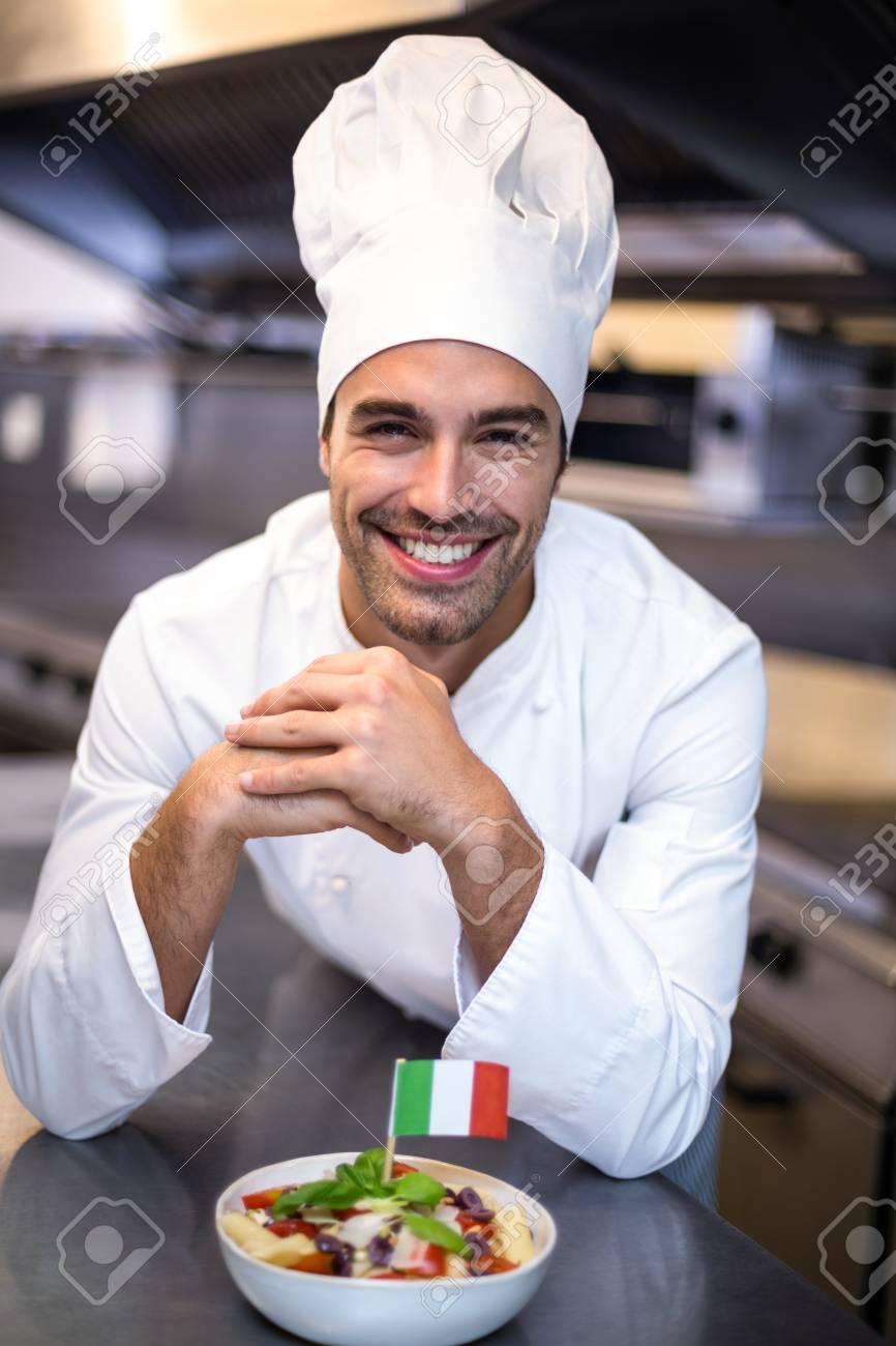 Gut Aussehend Chef Mahlzeit Mit Italienischer Flagge In Einer ...