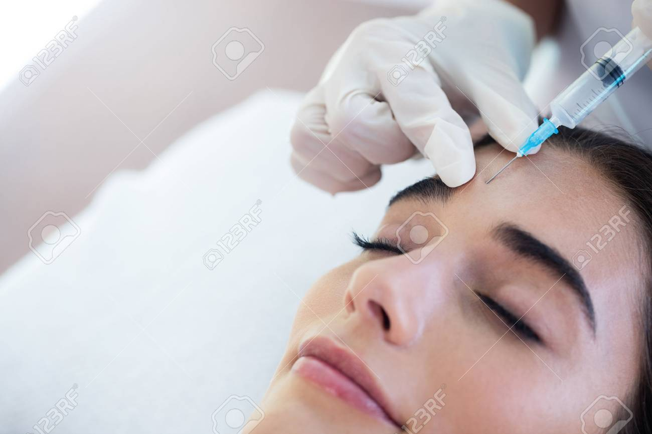 Woman receiving botox injection at spa Standard-Bild - 54556594