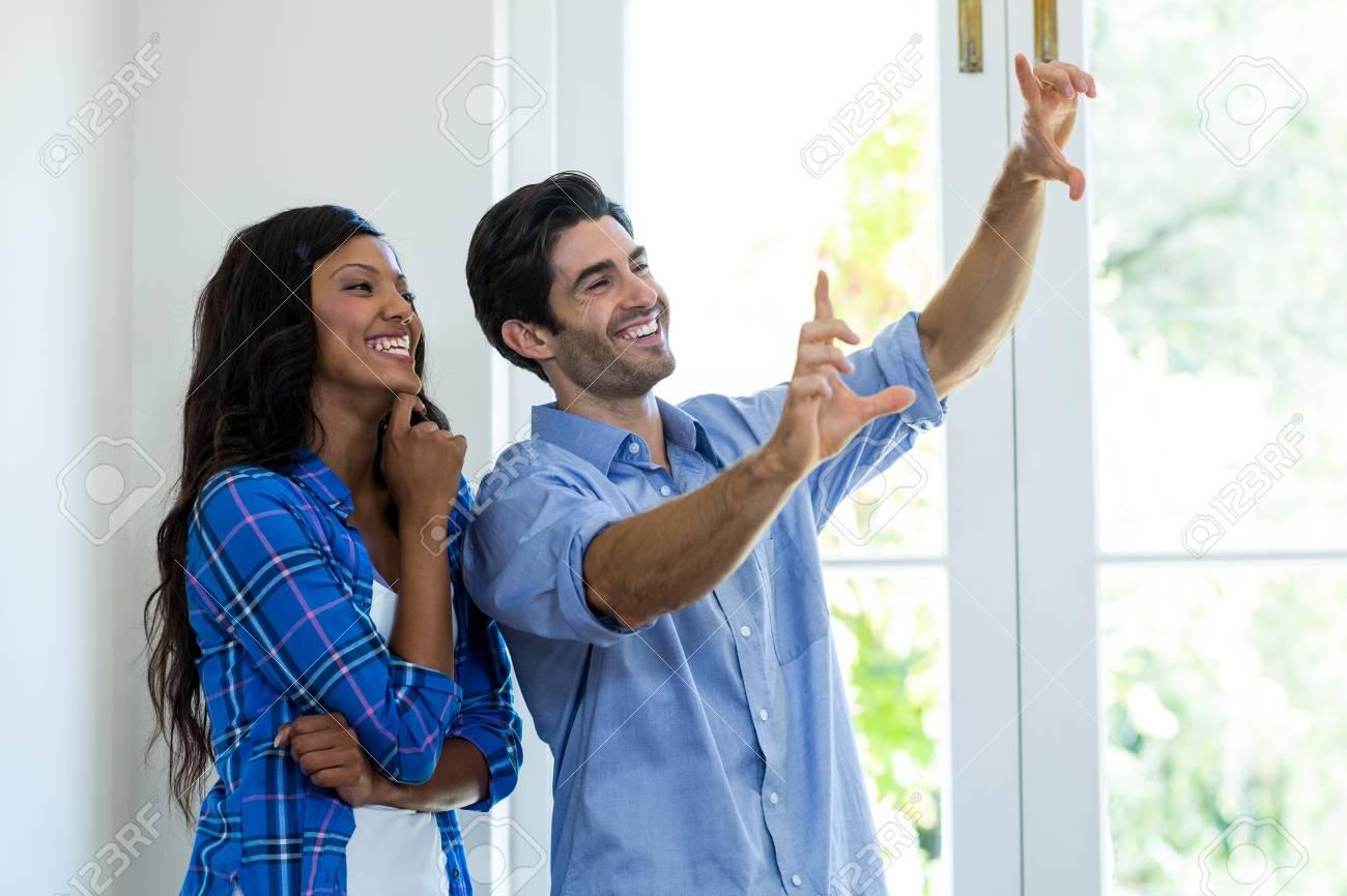 Paare, Die Ein Bild Mit Den Händen Zu Hause Framing Lizenzfreie ...