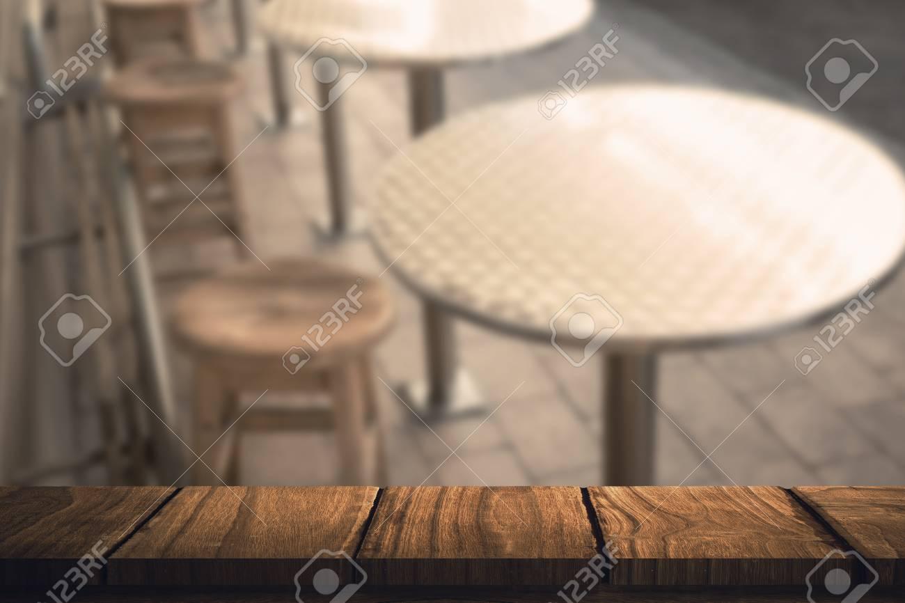 Bureau en bois contre élégant tabouret de bar avec table banque d