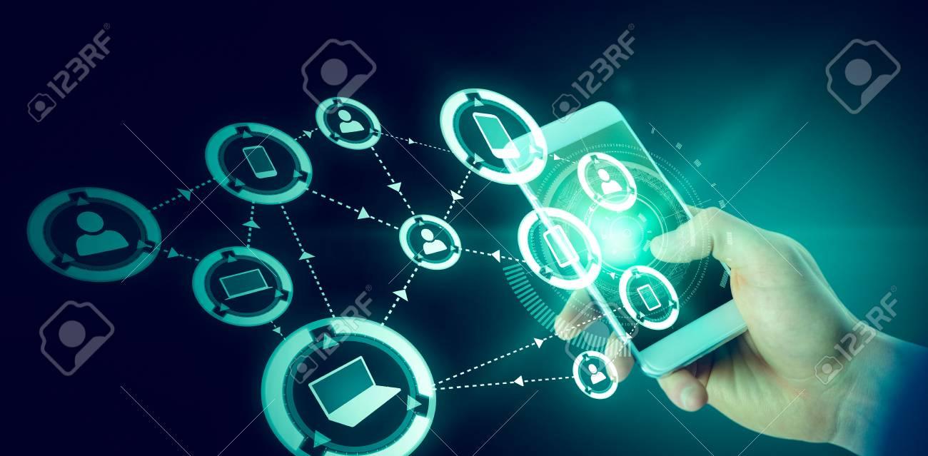 Immagini Stock Uomo Daffari Con Telefono Cellulare Su Sfondo