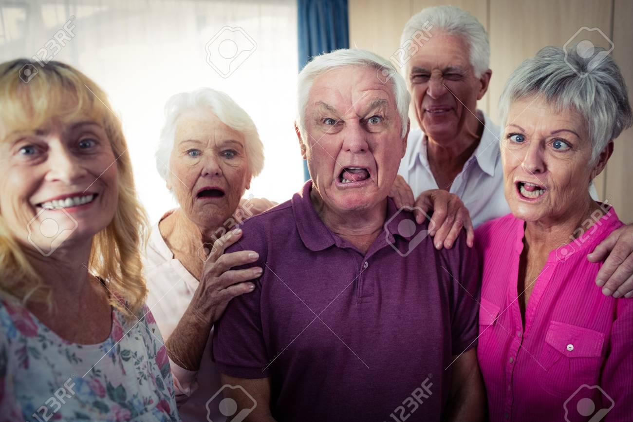 Portrait Von Senioren Lustige Gesichter Im Altersheim Zu Tun