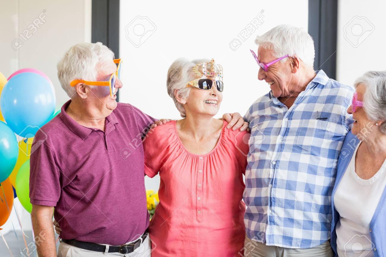 Senioren Die Lustige Glaser In Einem Altersheim Tragen Lizenzfreie