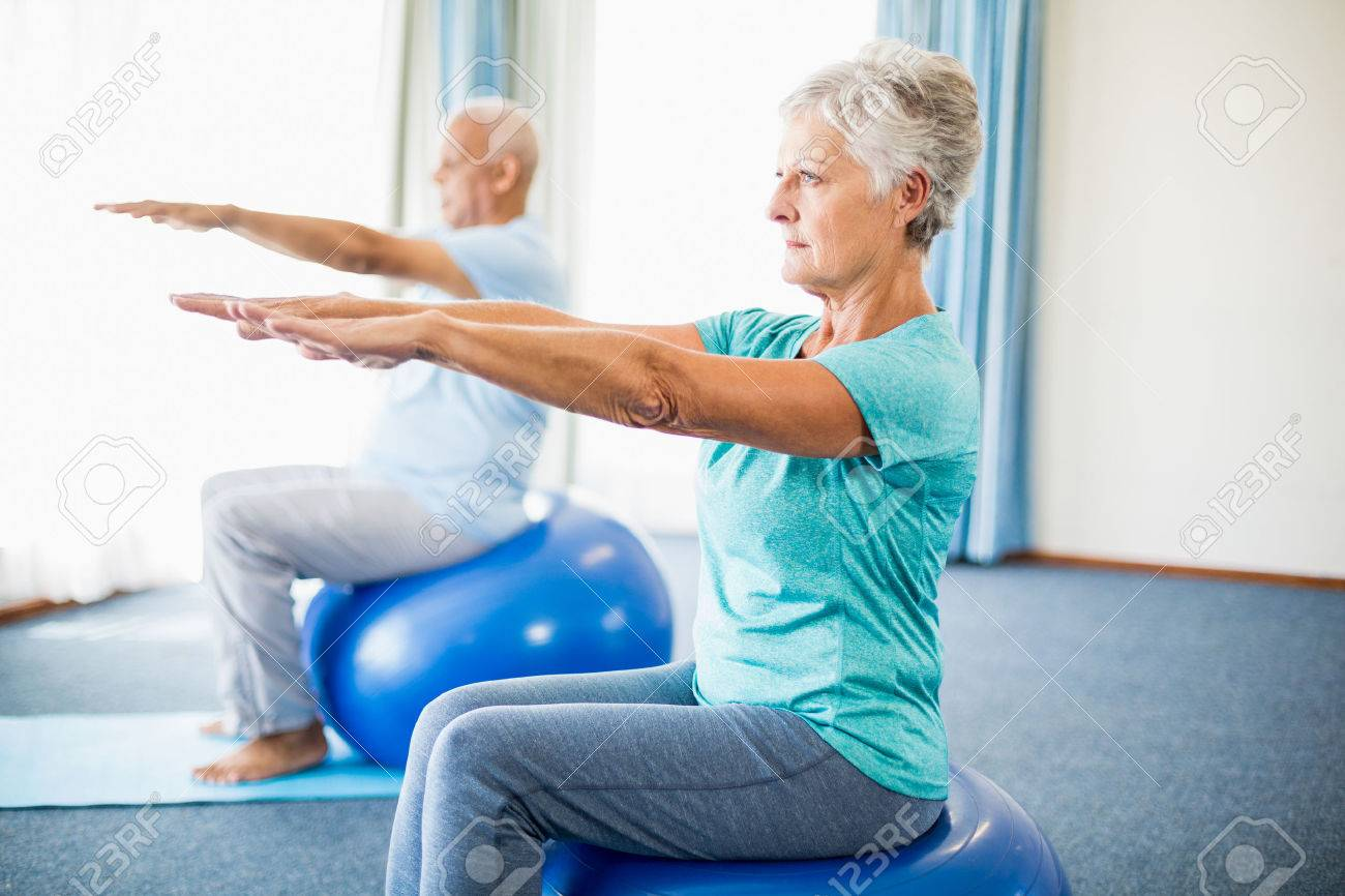 Seniors using exercise ball in a studio Banque d'images - 58319476