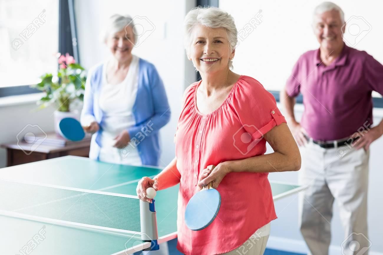 Les Personnes âgées Jouant De Ping Pong Dans Une Maison De Retraite