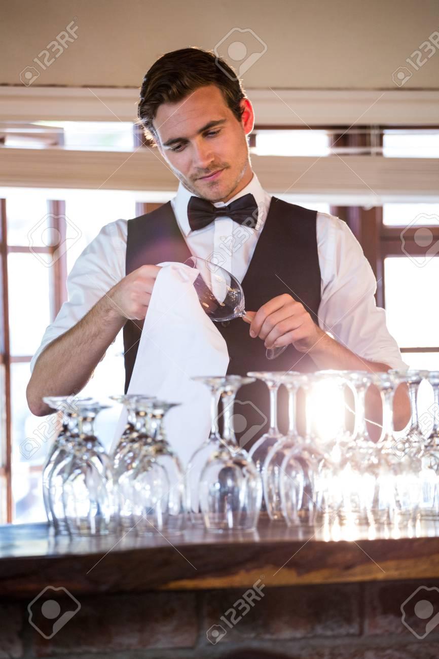 Barkeeper Reinigung Glas Wein An Der Bar Zähler Lizenzfreie Fotos ...