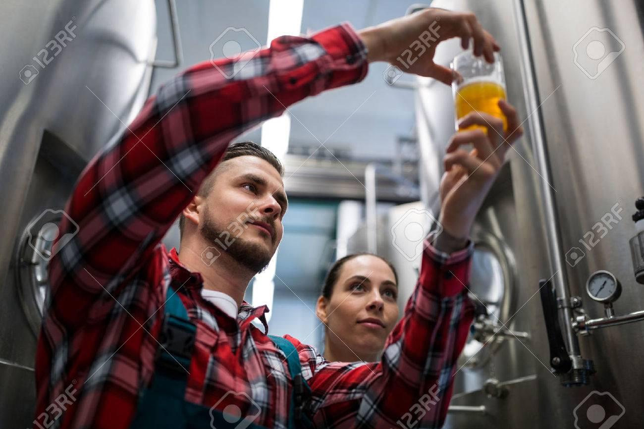 Brewers test bière à la brasserie Banque d'images - 59843601