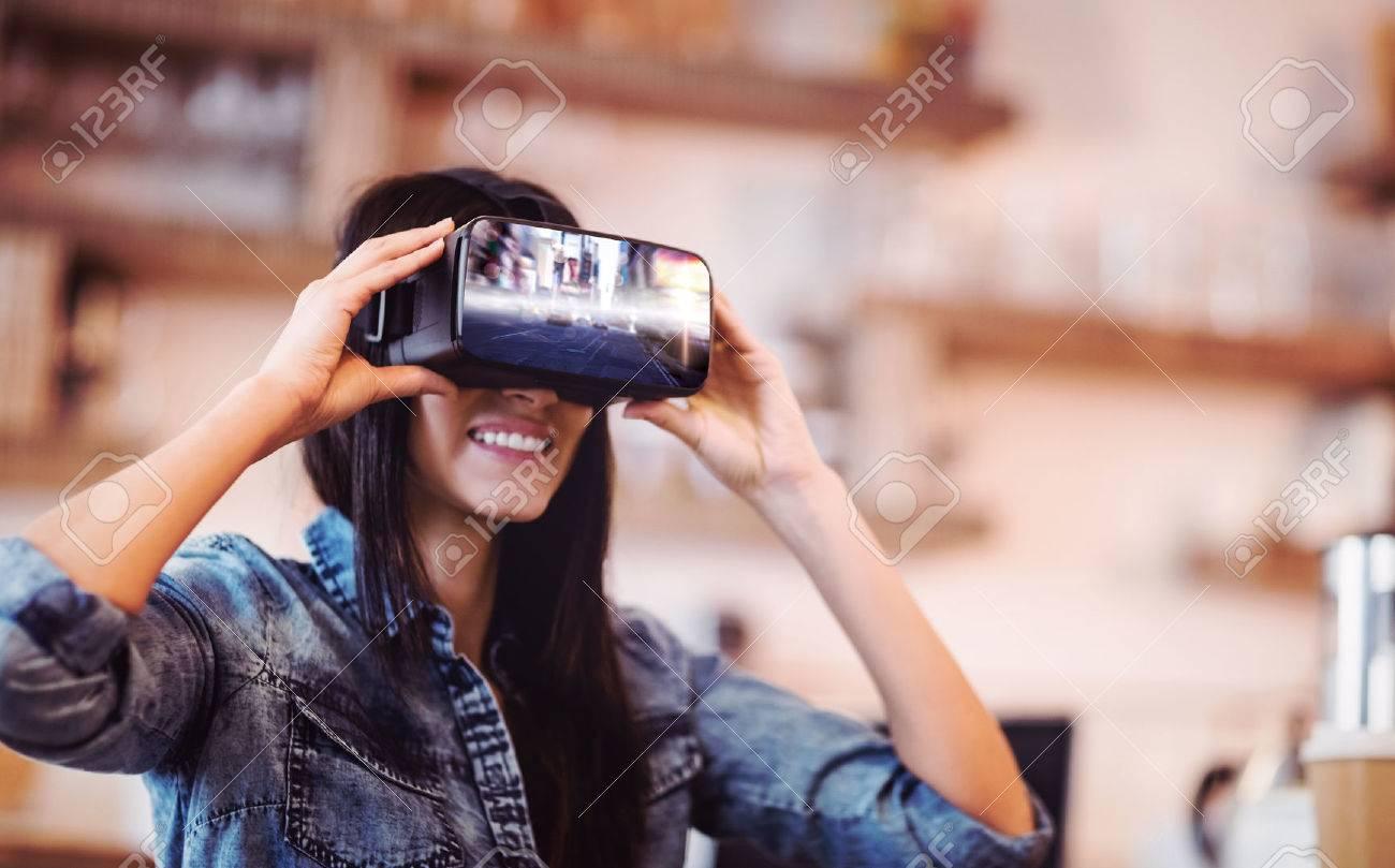 Blurry nouvelle rue york contre jeune femme en utilisant la réalité virtuelle casque Banque d'images - 59424759