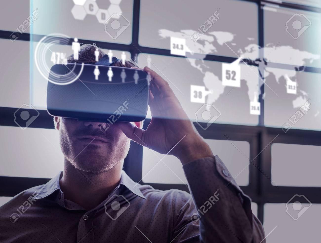 l'interface de technologie abstraite contre homme d'affaires en utilisant un dispositif de réalité virtuelle Banque d'images - 59424001