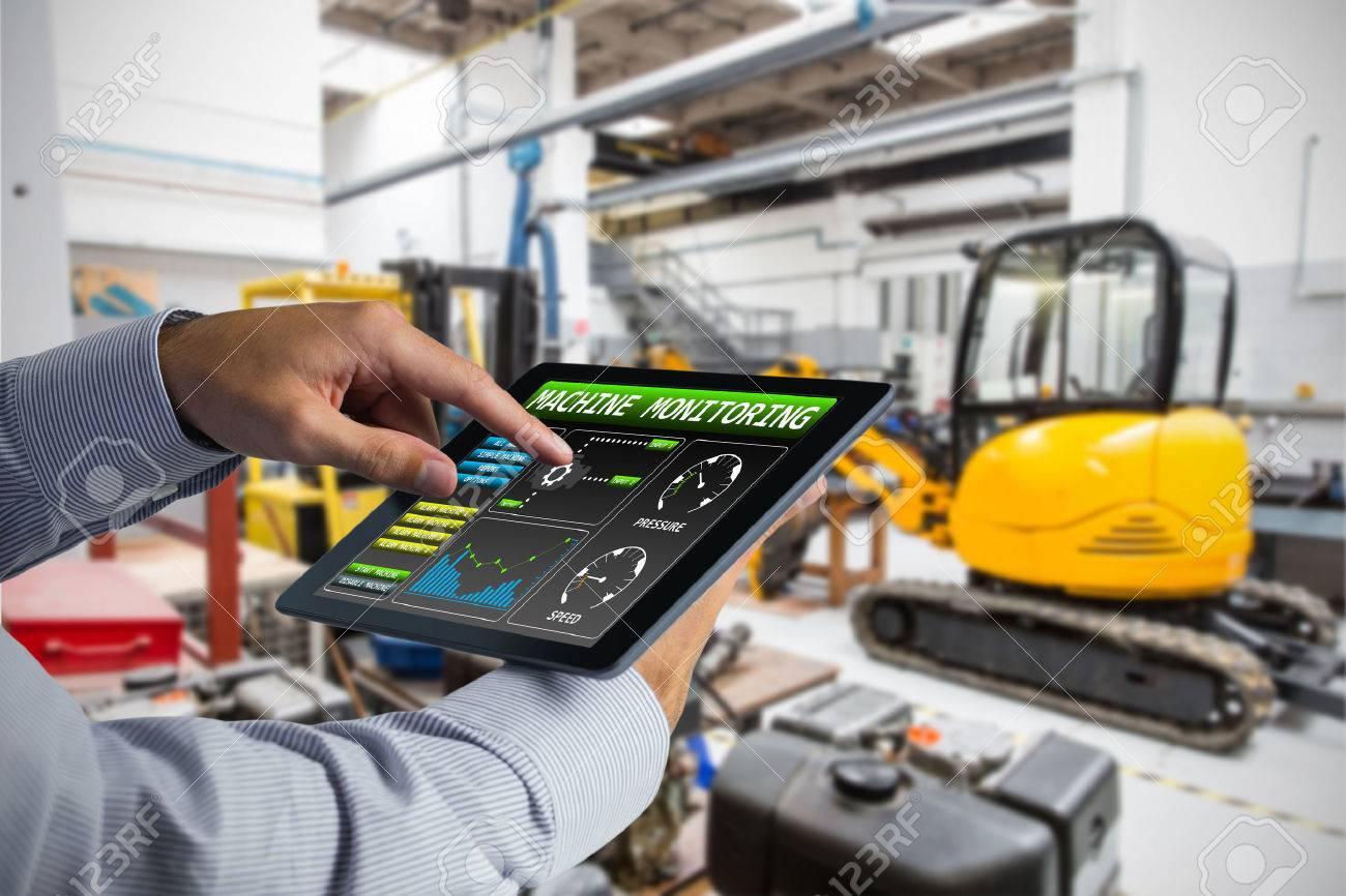 Homme utilisant Tablet PC contre les équipements industriels dans l'usine Banque d'images - 59423368