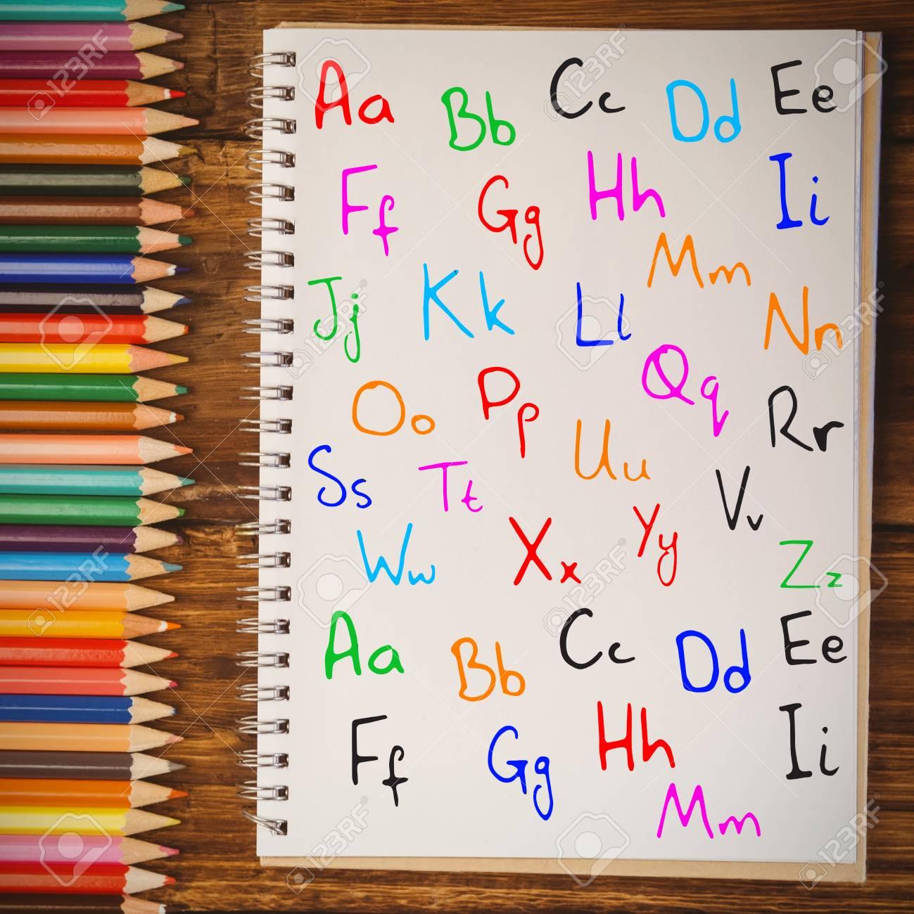 Alphabet Contre Le Bloc Notes Sur Le Bureau Des Etudiants Banque D