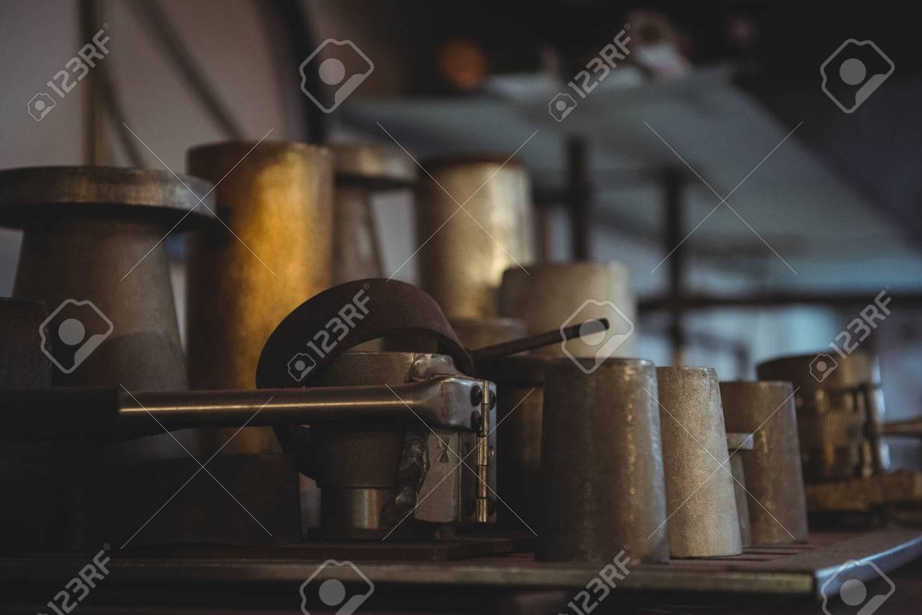 stampi in metallo per soffiatura del vetro disposti su scaffali in ... - Scaffali Metallo E Vetro