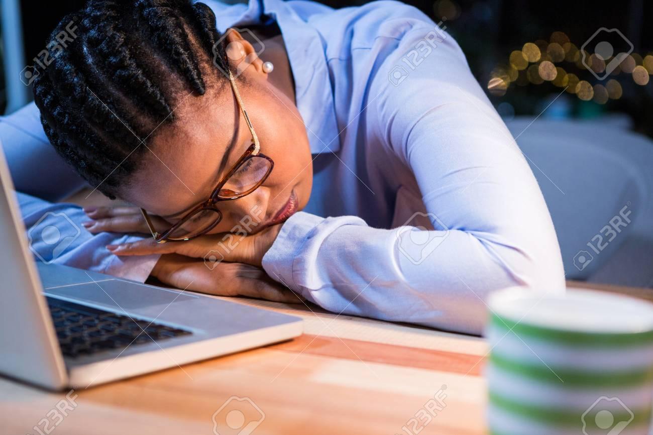 Dormir Sur Le Bureau : Affaires fatigué de dormir sur le bureau dans le bureau banque d