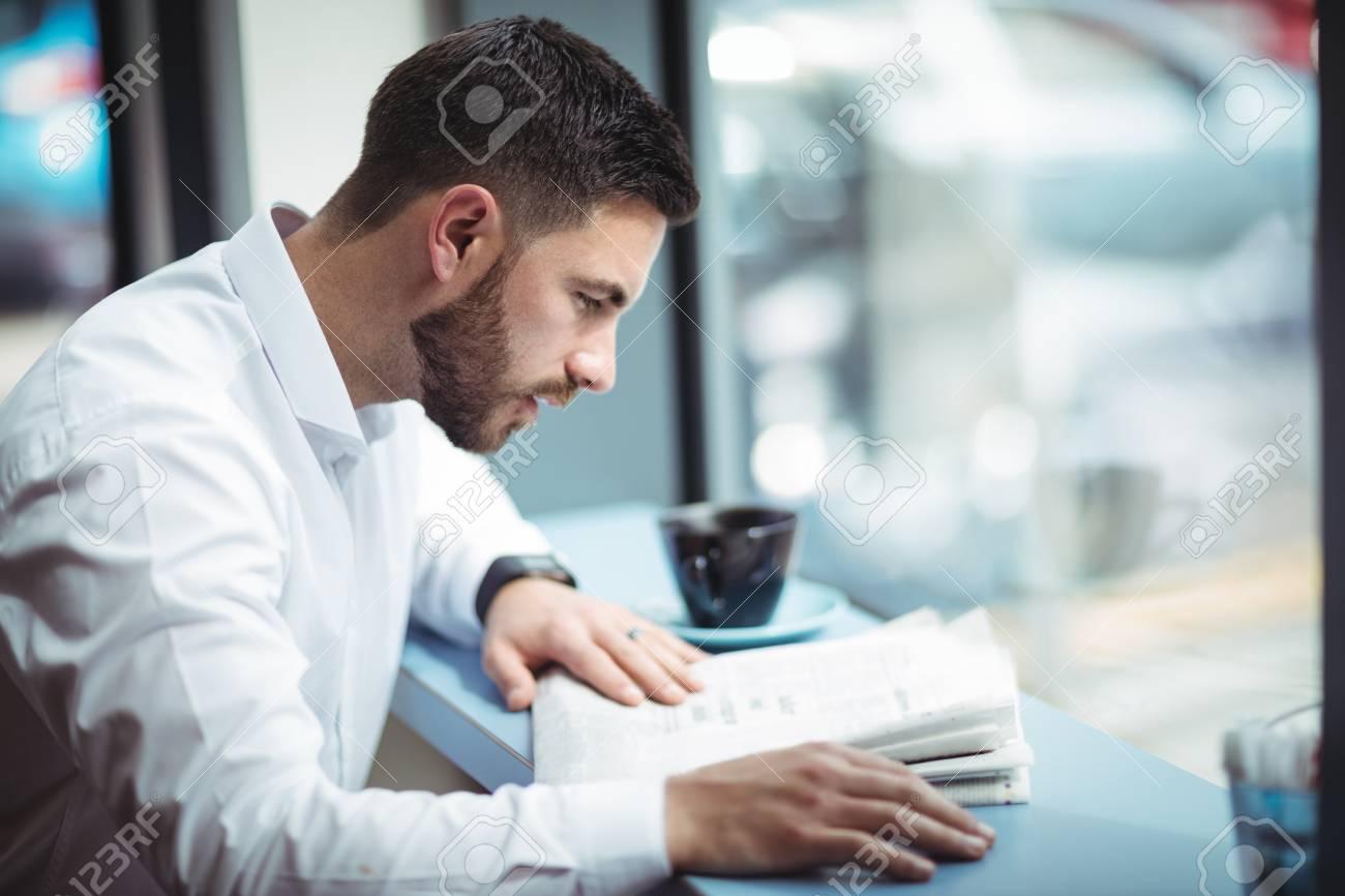 Femme lisant un journal au bureau acheter cette photo libre de