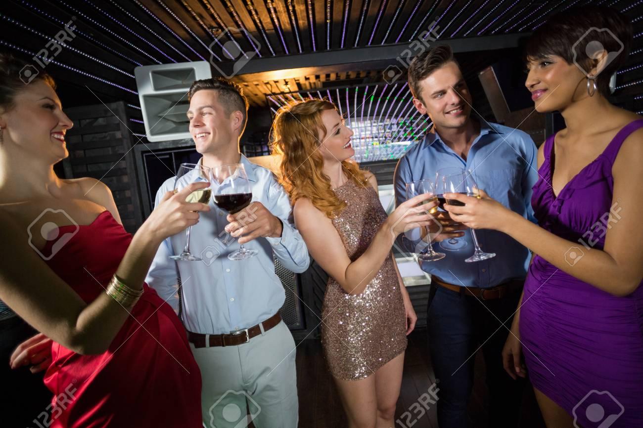 Gruppe Lächelnde Freunde Gläser Champagner Und Wein In Bar Toasten ...