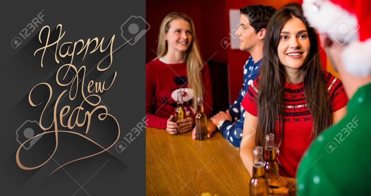 Freunde Bier Während Der Weihnachts Gegen Noble Gruß Des Neuen ...