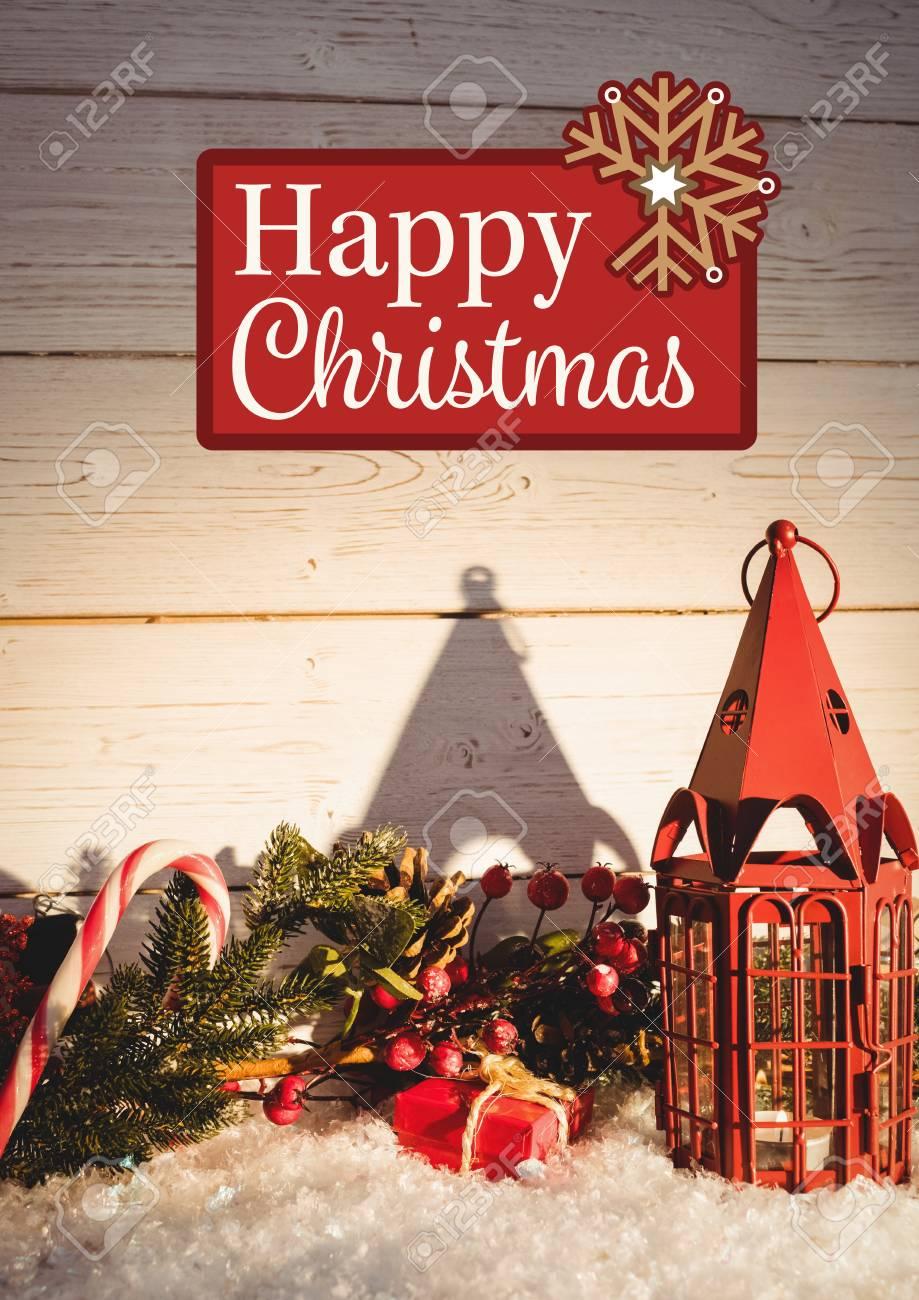 Message de Noël heureux sur fond de bois contre la décoration de Noël rouge