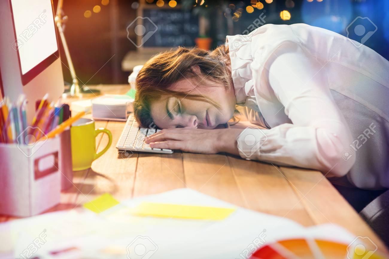Femme d affaires fatigué dormir sur le bureau au bureau banque d