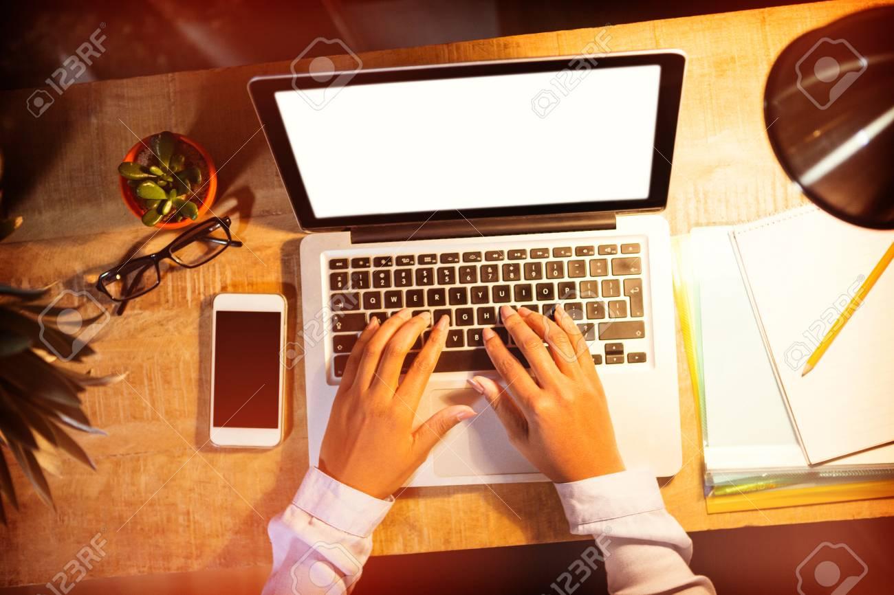 Gros plan de femme travailler sur ordinateur portable dans