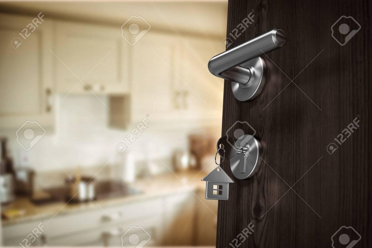 Niedrige Winkel Ansicht Der Braunen Tür Mit Hausschlüssel Gegen ...