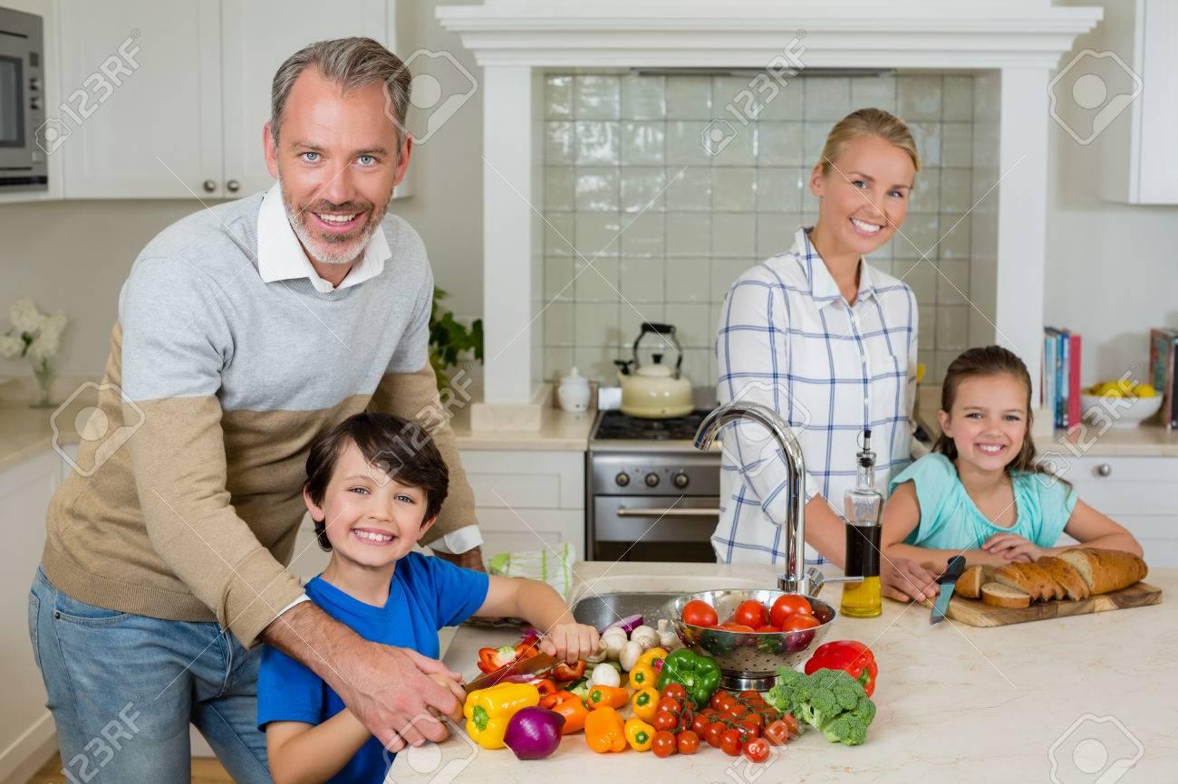 Portrait Der Lächelnden Eltern, Die Einem Kind Helfen, Gemüse In Der ...