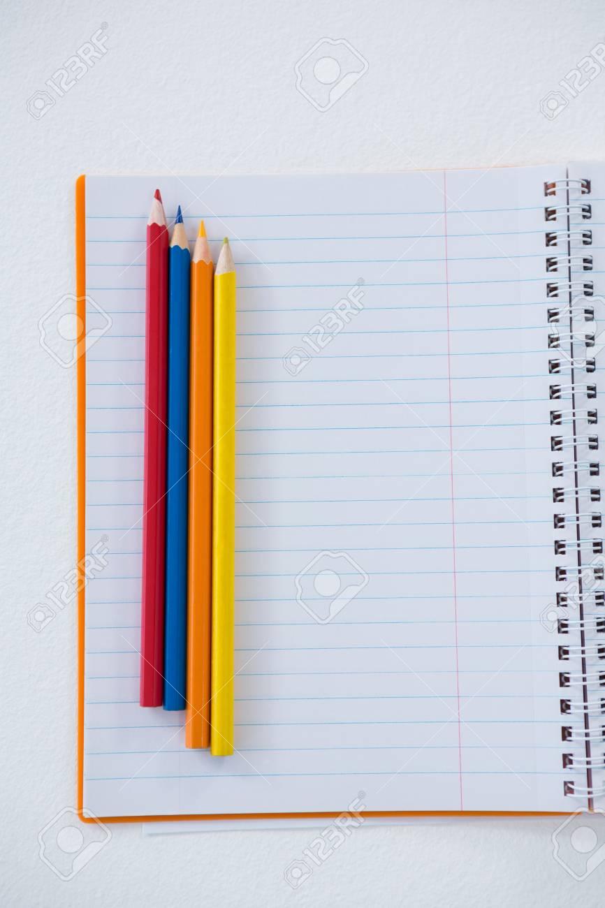 Lápices De Colores En El Libro Sobre Fondo Blanco Fotos, Retratos ...