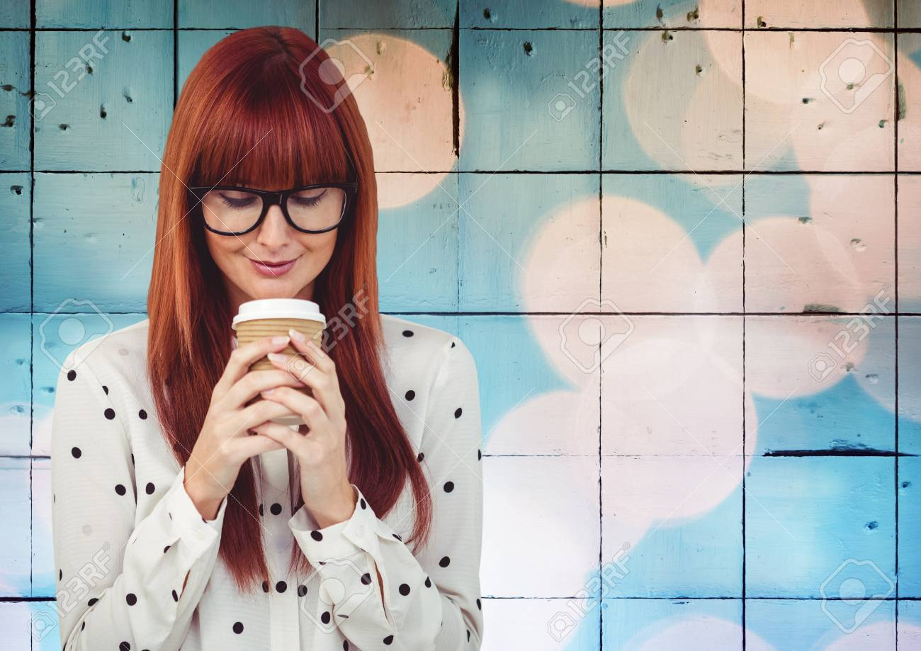 Digitale composito di donna con caffè contro piastrelle con bokeh