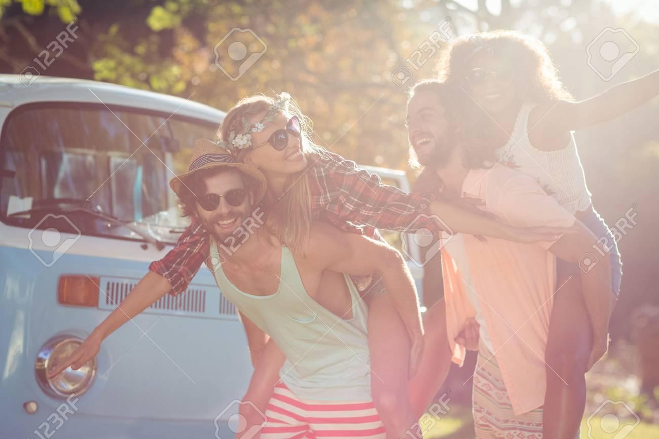 Deux couples heureux ayant une promenade dans le parc en journée ensoleillée Banque d'images - 73436153