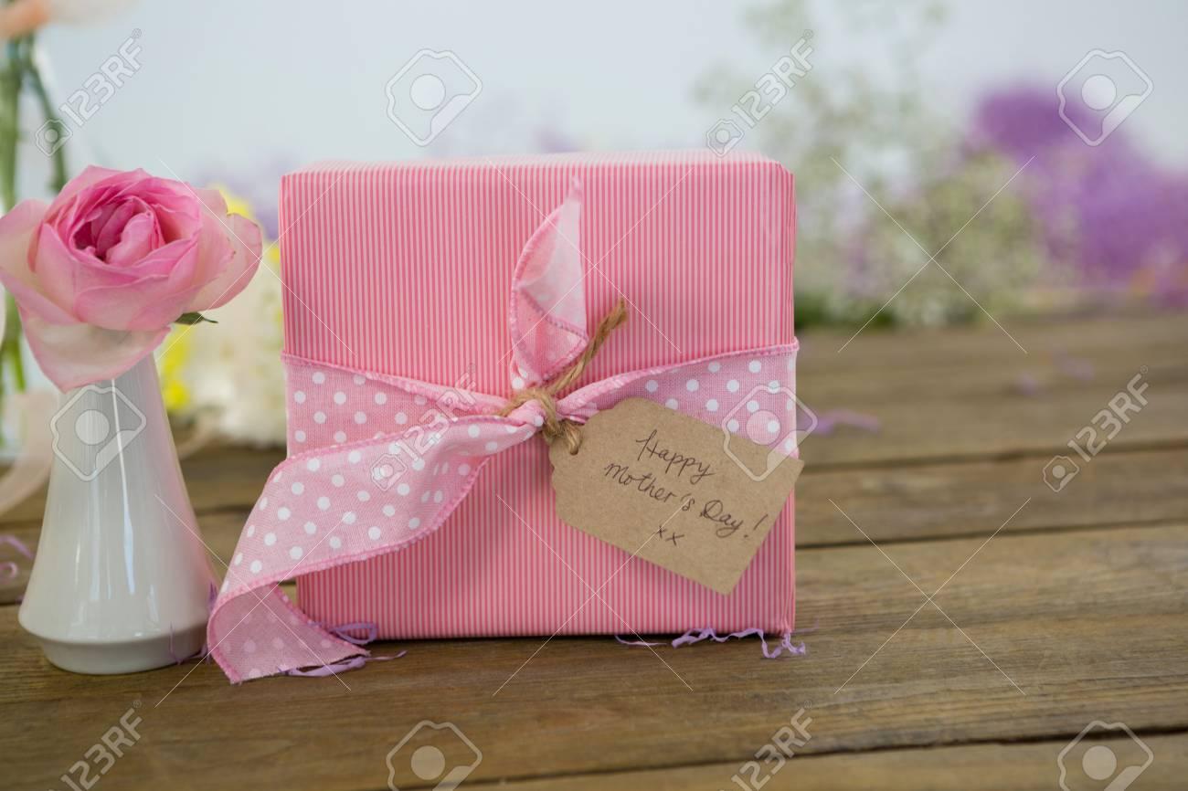 gros plan, cadeau, boîte, fleur, vase, bois, surface banque d'images