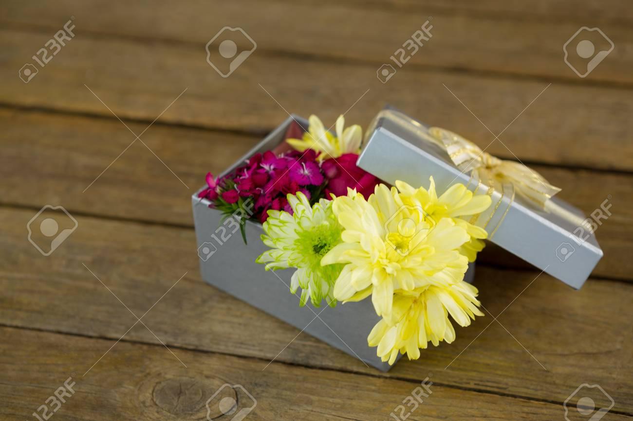 gros plan, de, boîte-cadeau, à, fleurs, sur, surface bois banque d