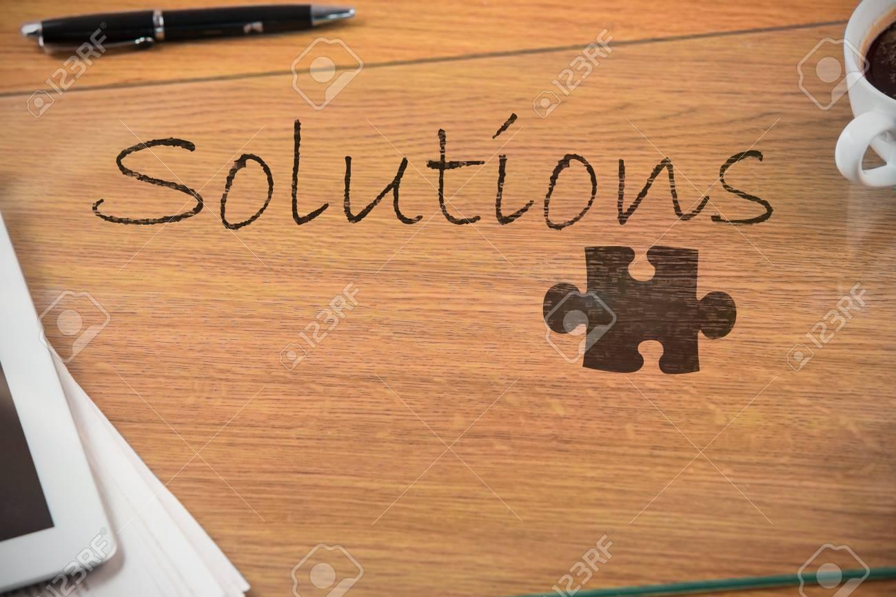 Pièce de puzzle sur fond noir contre les frais généraux du bureau