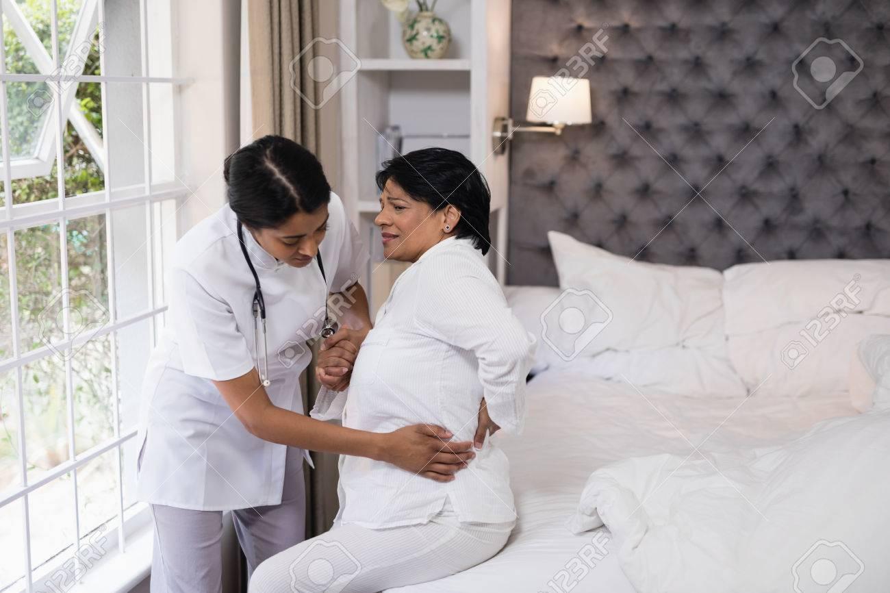 Krankenschwester Hilft Weiblichen Patienten Leiden Mit ...