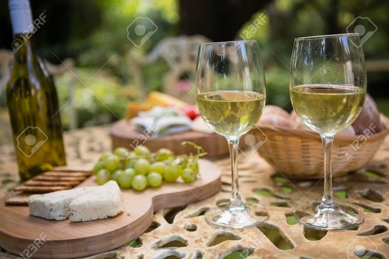 wein im garten, glas wein mit käse und trauben auf dem tisch im garten lizenzfreie, Design ideen