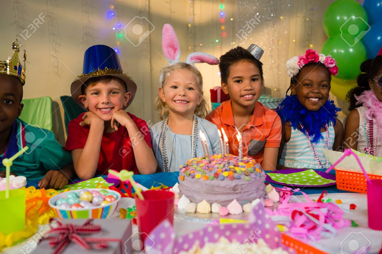 Tavolo Compleanno Bambina : Ritratto di bambini felici al tavolo durante la festa di compleanno
