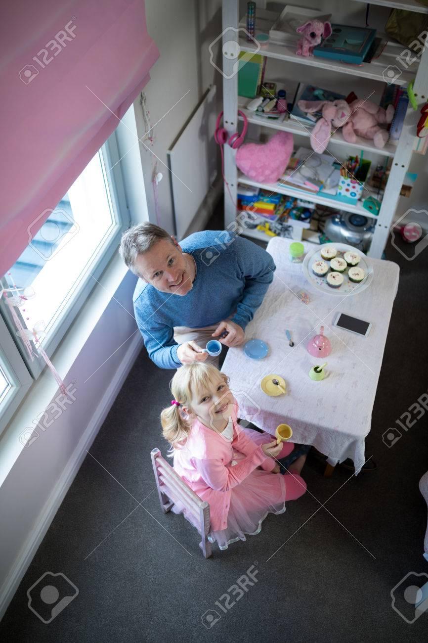 Smiling Vater Und Mädchen Spielen Mit Einem Spielzeug-Küche-Set ...