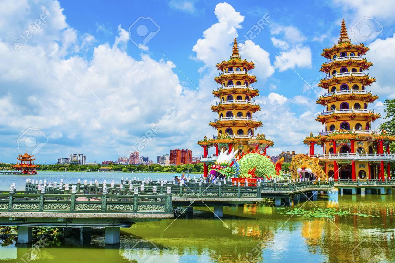 Célèbres attractions touristiques de Kaohsiung - Lotus Pond, beaucoup de touristes chinois à visiter la région, dont les tours de dragons les plus connus, Banque d'images - 32743410