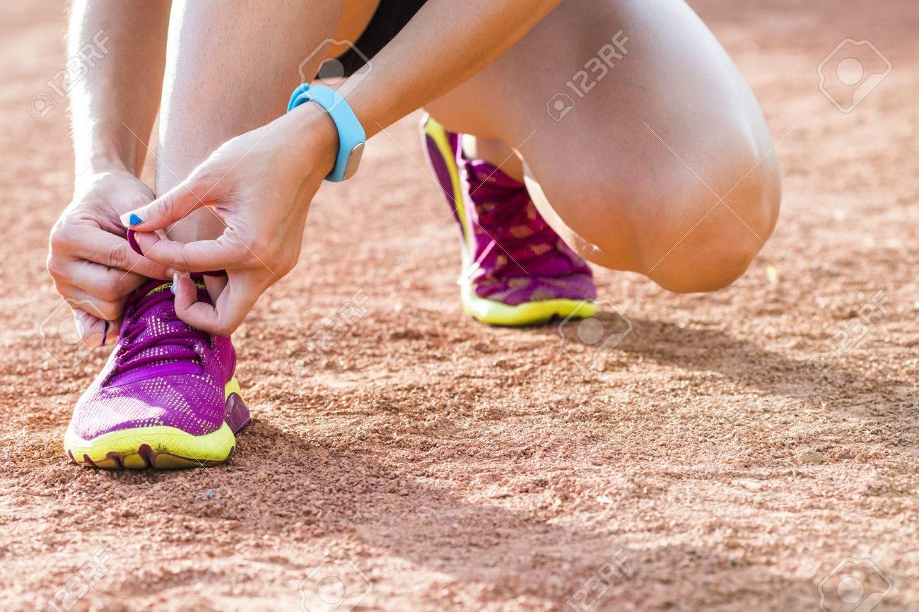 Femme portant des chaussures de course sur le parc Banque d'images - 41559448