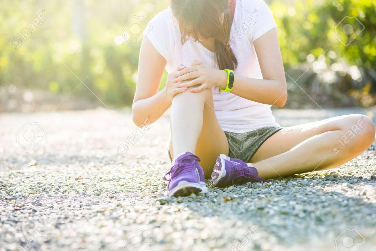 Runner sport blessure au genou. Femme dans la douleur lors de l'exécution dans le parc Banque d'images - 43657463