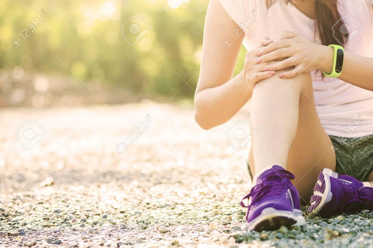 Runner sport blessure au genou. Femme dans la douleur lors de l'exécution dans le parc Banque d'images - 44011390