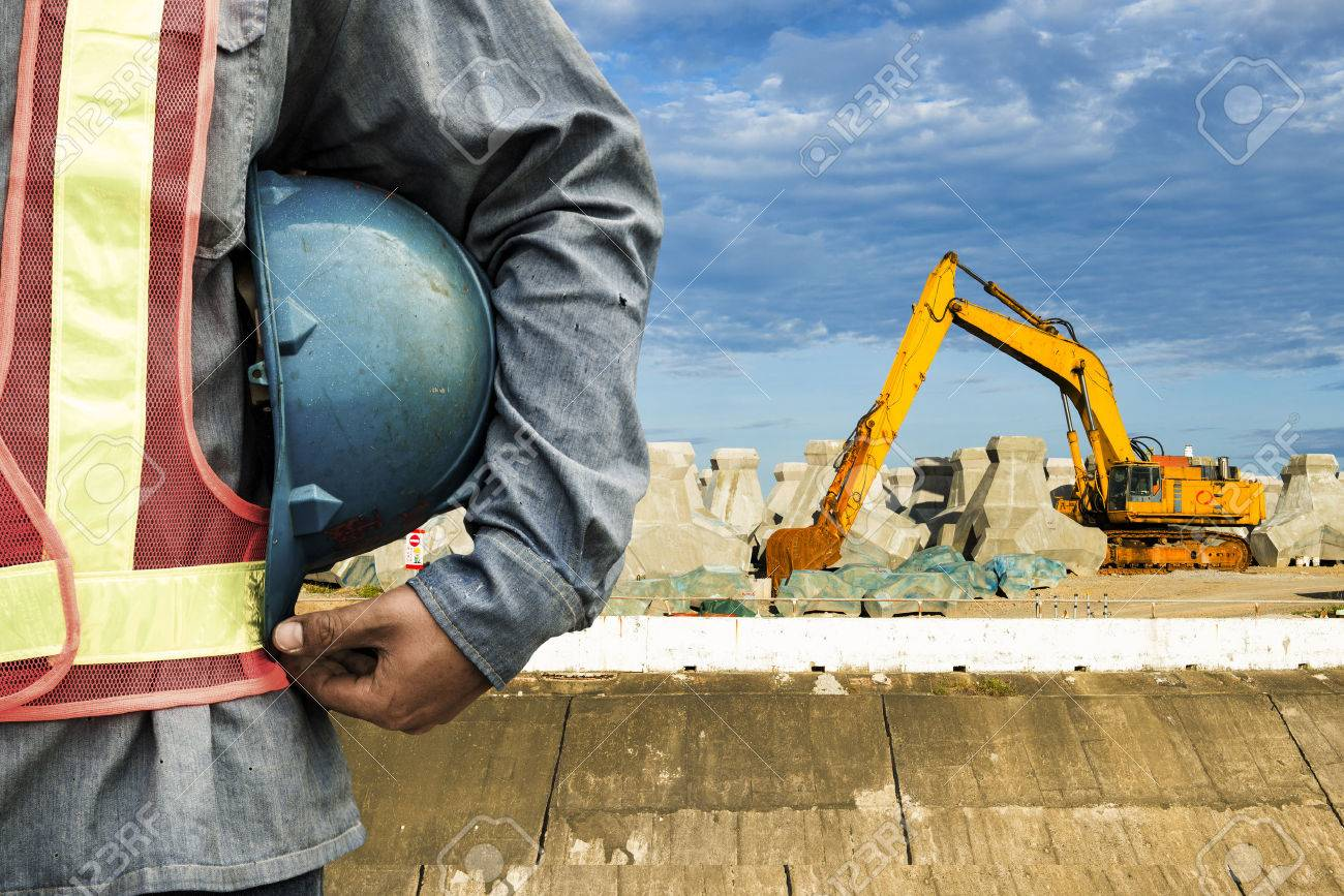 travailleur de la construction de vérifier l'emplacement place avec une grue sur le fond Banque d'images - 44041475