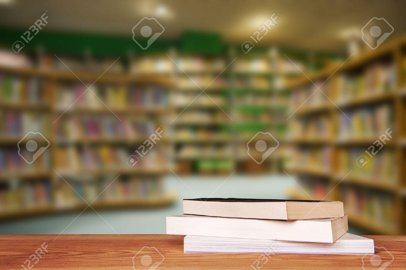 Table en bois vide et bibliothèque moderne fond, l'affichage des produits Banque d'images - 47923756