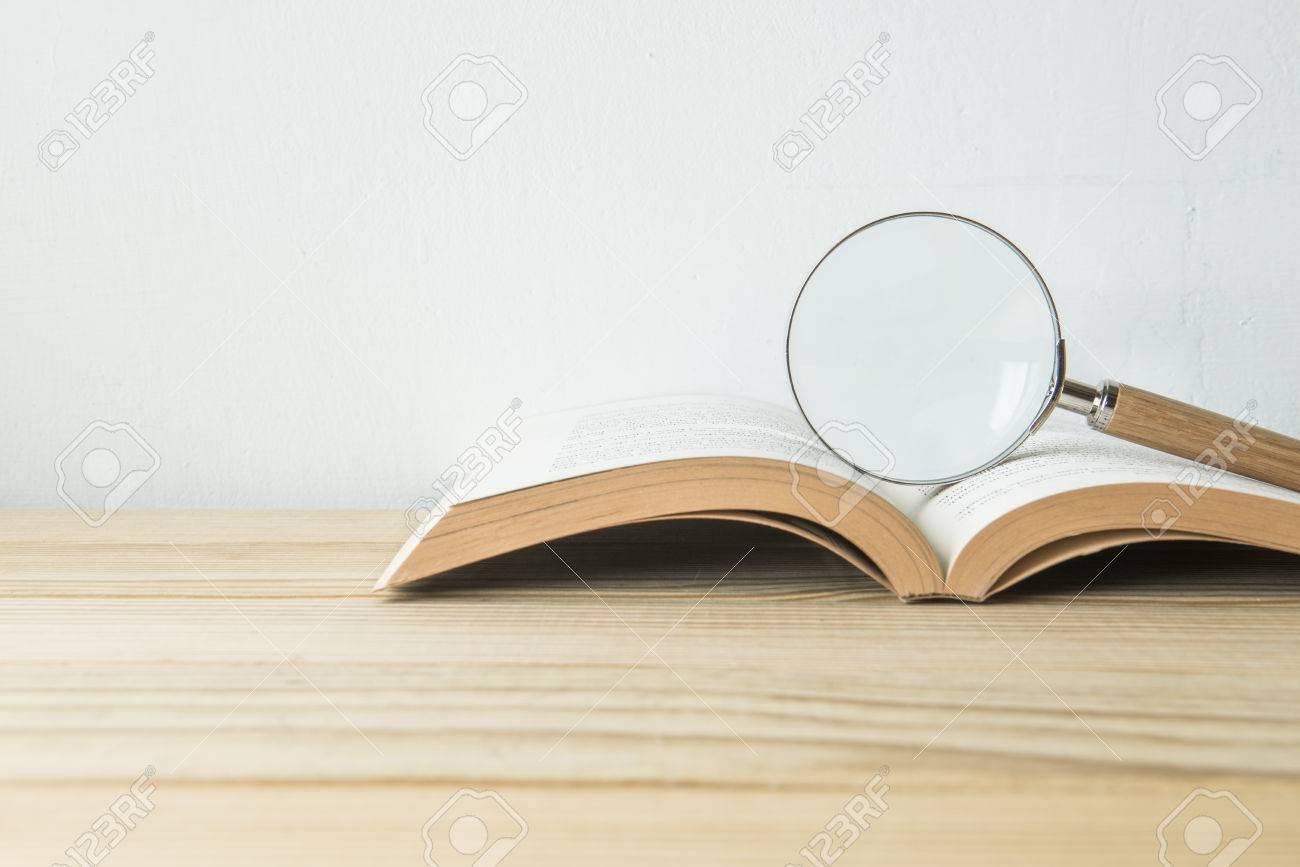 Concept de l'éducation ou de retourner à l'école sur fond de bois Banque d'images - 51494409