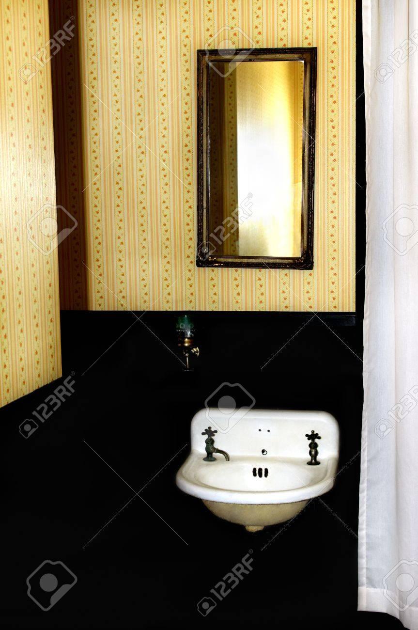 Papier Salle De Bain vieux puits antique, miroir et papier peint dans une salle de bains rétro.