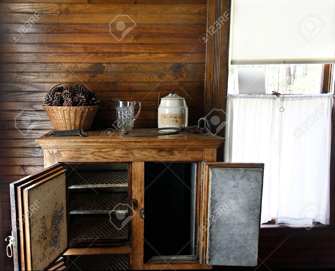 Kühlschrank Krug : Antique kühlschrank mit einer keksdose krug tannenzapfen und ein